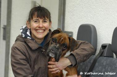 Christine Nickel vom Tierheim Dillenburg mit einem schon viel besser aussehenden Spike