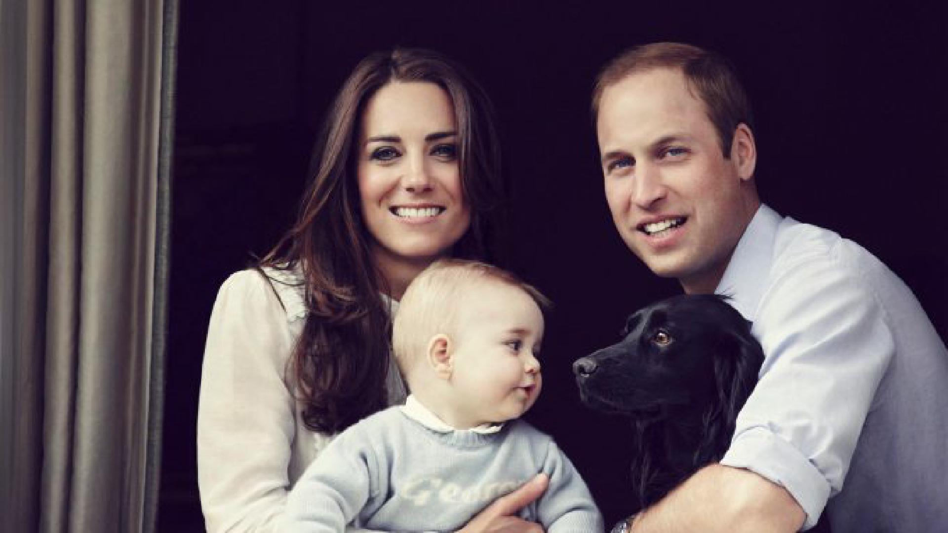 Die Familie am Fenster ihrer Wohnung im Kensington Palast (Foto: dpa)